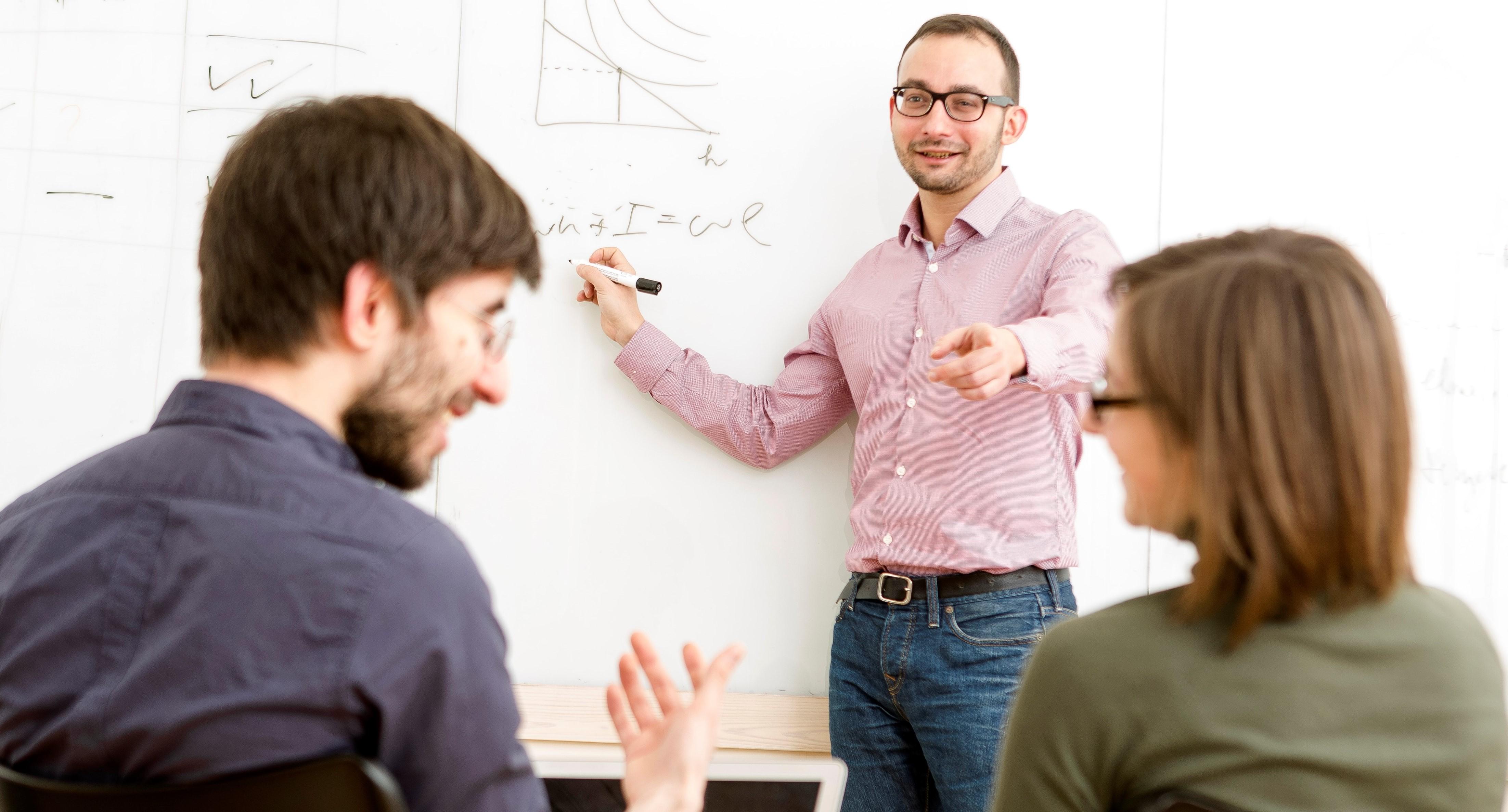 Hiányzik a képzett munkaerő: az átképzés a megoldás kulcsa?